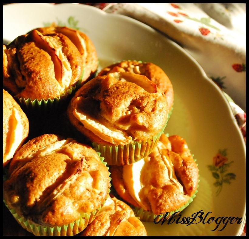 fr hlingserwachen rhabarber muffins mit wei er schokolade kaffeeliebelei. Black Bedroom Furniture Sets. Home Design Ideas