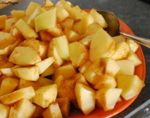 Apfel-Crumble: Apfelstücke mit Zimt-Zucker-Mischung